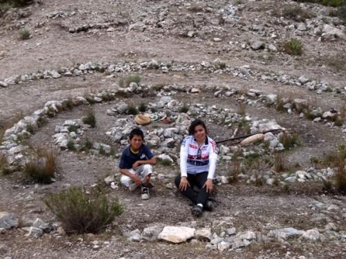 Juan Eduardo y Sandra en los círculos concéntricos del Centro Ceremonial Huichol en el Cerro el Quemado