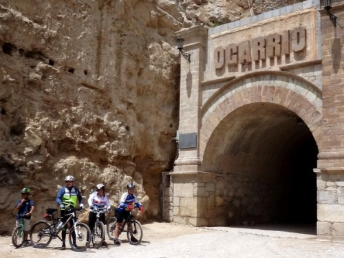 Cicloturistas en la entrada al túnel de Ogarrio despues de regresar del Cerro el Quemado