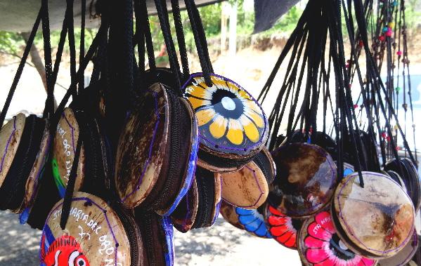 Bolsitas de cáscaras de coco, artesanía Huichol, Santa María del Oro, Nayarit