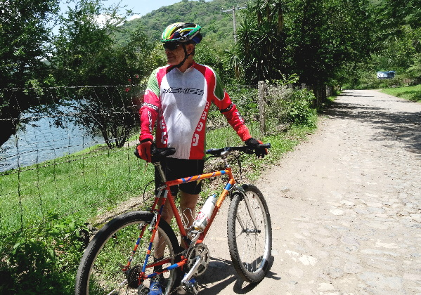 Camino de terraceria alrededor de Laguna Santa Ma. del Oro, Nayarit. Cicloturismo México
