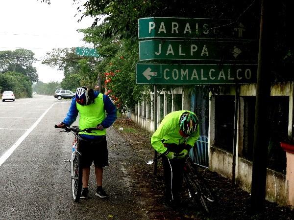 Cicloturistas pinchadura de llanta, entronque  a la Cd, de Comalcalco Tabasco. 2018