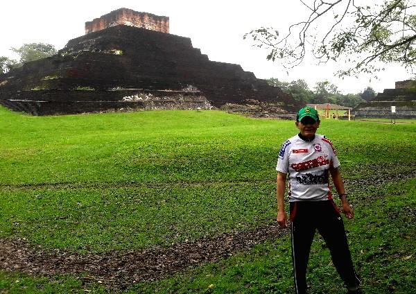 Cicloturista en la zona arqueológica de Comalcalco (lugar de la casa del comal) 2018