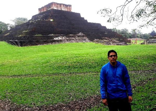 Jóven cicloturista en Comalcalco, zona arqueológica, de asentamiento maya, cicloturismo 2018