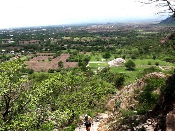Senderismo al  Cerro Chalcatzingo y vista de la pirámide semicircular. Estado de Morelos