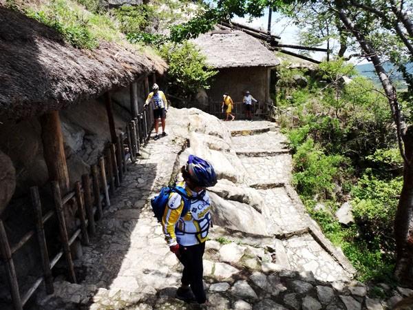 Sendero del cerro Chalcatzingo con  petrograbados cubiertos para su protección del clima. Municipio Jantetelco, Estado de Morelos