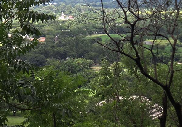 Vista del Valle de Morelos con Iglesia del Pueblo Chalcatzingo y pirámide de Zona Arqueológica de Chalcatzingo, municipio de Jantetelco Estado de Morelos. Senderismo México en fotos