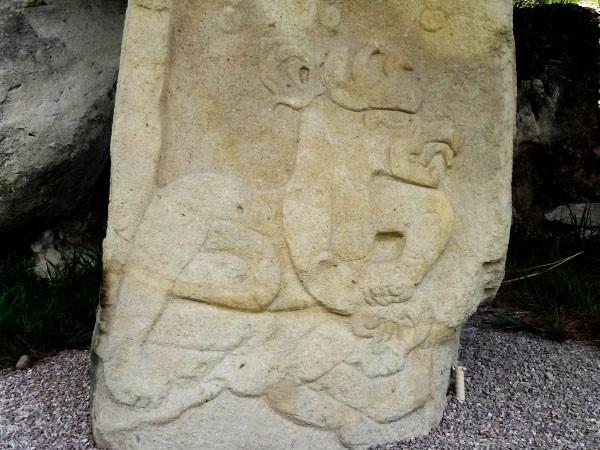 Chalcatzingo bajo relieves en roca del cerro, municipio Jantetelco, Estado de Morelos. Senderismo México en fotos