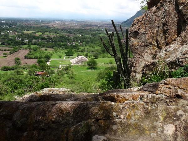 Panorámica de Zona Arqueológica de Chalcatzingo vista desde el Cerro del mismo nombre. Estado de Morelos. Senderismo México