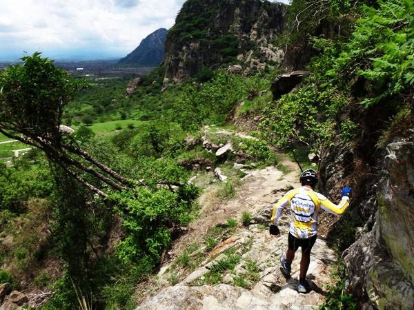 Senderista en descenso del Cerro Chalcatzingo, rumbo al Centro Ceremonial. Jantetelco Estado de Morelos México