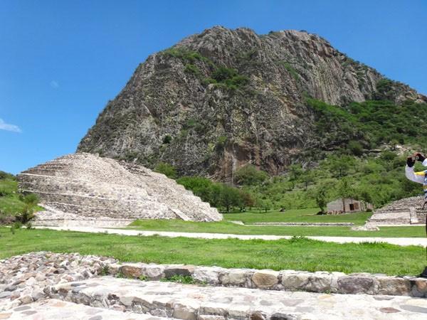 Chalcatzingo Zona Arqueológica y Cerro del mismo nombre  con petrograbados, Municipio de Jantetelco, Estado de Morelos. Senderismo México en fotos