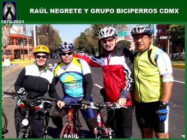 Raúl Negrete 1970-2021 con ciclistas del grupo Biciperros CDMX