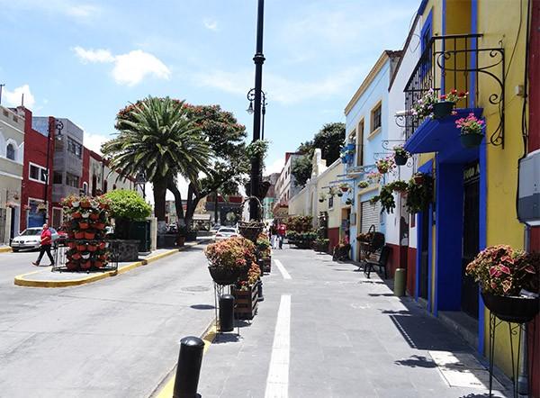 Camino del centro de Atlixco de las Flores Pueblo Mágico, rumbo al Cerro de San Miguel. Estado de Puebla, senderismo  México