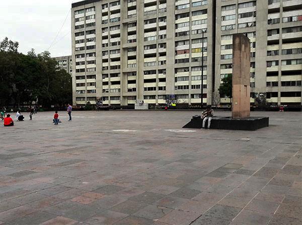 Explanada Plaza de las Tres Culturas, con Estela de Tlatelolco (loza de concreto) conmemorativa a las víctimas del 2 de octubre de 1968,