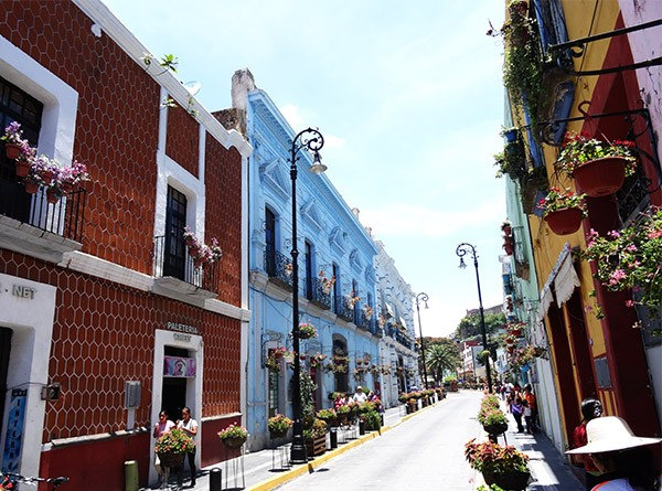 Caminata por calle del centro de Atlixco de las Flores al cerro de San Miguel, Estado de Puebla México, senderismo urbano