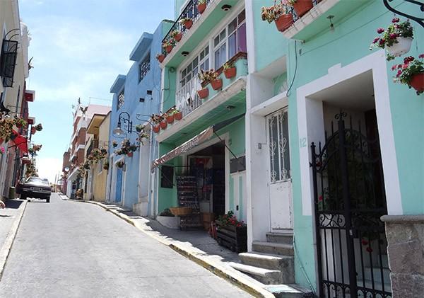 Calle de subida de Atlixco, caminando al Cerro y Ermita de San Miguel, Estado de Puebla, senderismo urbano