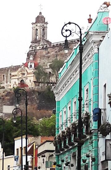 Calle y Templo de San Francisco ubicado al pié del Cerro de San Miguel, Atlixco Pueblo Mágico, senderismo urbano