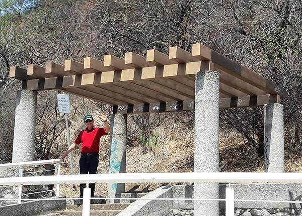 Palapa de descanso y mirador en el Cerro de San Miguel, antes de llegar a la Ermita. Atlixco Pueblo Mágico, Estado de Puebla, México. Senderismo urbano