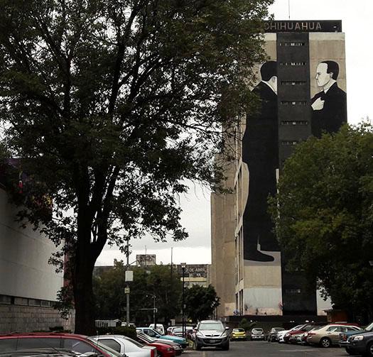 Mural en el Edificio Chihuahua llamado ''dos hombres en confronación'', por Escif artista urbano Valenciano. Tlatelolco Alcaldía Cuauhtémoc, Cd. de México. Senderismo urbano cultural