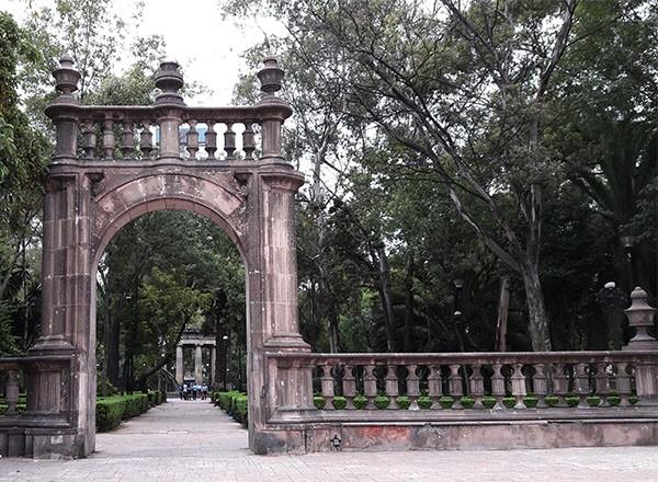 Jardín Santiago, arco de entrada cantera rosa, Tlatelolco, Alcaldía Cuauhtémoc Cd. de México, senderismo urbano cultural
