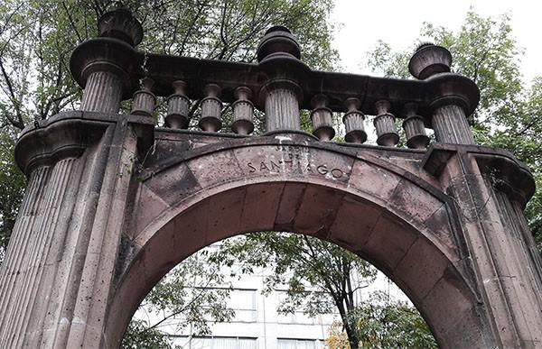 Inscripción en el Arco ''Jardín Santiago'' de Tlatelolco, Alcaldía Cuauhtémoc Cd. de México, senderismo urbano cultural