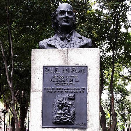 Estatua de Christian Hahhemann Fundador de la Homeopatía. Jardín de Santiago, Nonoalco Tlaltelolco, Alcaldía Cuauhtémoc Cd. de México, senderismo urbano cultural