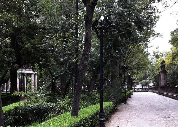 Camino y barda perimetral de cantera rosa del Jardín de Santiago, Nonoalco-Tlatelolco Alcaldía Cuauhtémoc, Cd. de México, senderismo urbano cutural